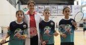 Raket tutmayı bilmeyen öğretmen, öğrencilerini şampiyon yaptı