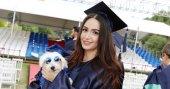 Köpeğiyle birlikte mezun oldu