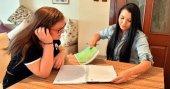 Mama karşılığında İngilizce dersi veriyor