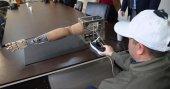 Öğrenciler kafa ve ayakla kontrol edilen yapay kol yaptı